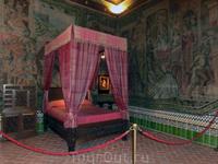 Королевская спальня. Стены украшены гобеленами и  гербами Кастилии и Леона.