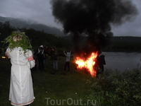 Случайно пролили бензин и вспыхнул кусочек озера)))))