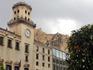 Площадь по периметру усажена померанцевыми деревьями, с нее видна гора Бенакантиль и крепость Санта Барбара.