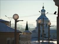 слева Св.Троицкий муж. монастырь, прямо - Успенская церковь.