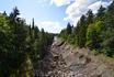 Высохшее дно реки, по руслу которой будет направлена вода при водосбросе.