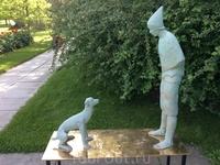 После целого сада золотых скульптур эти. белые, выглядят как привидения...