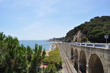 Железная дорога, по которой можно добраться из Калельи до Барселоны за час, идет вдоль моря. Иногда подходит к самой воде.