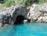 Палеокастрица, еще один грот. Пещеры небольшие и катер  в них заплывает с трудом, т.к. из воды торчат камни, а сверху пространство ограничивают скалы.