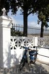 Краем глаза успели заглянуть на городское кладбище, всё очень скромно и чисто...