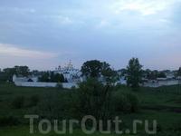 Вид на город со смотровой площадки недалеко от монастыря.