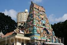 """надвратная башня """"гопурам""""(gopuram), изукрашенная множеством красочных скульптурных изображений богов, богинь и экзотических чудовищ"""