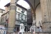 """Лоджия Ланци на площади Синьорий.  Чуть левее- бронзовая  скульптура  """" Персей  с  головой  Медузы """"- работа известного итальянского скульптора  Бенвенуто ..."""