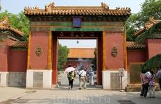 После Храма неба отправились в Ламаистский храм (Юнхэгун). Это его главные ворота.