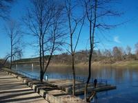 Причал Друскининкая. В летний период можно совершит прогулку по реке... Вдали виден строящийся мост. Вообще, в центре строится комплекс гостинец - штук ...