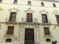 К нему примыкает и составляет один архитектурный ансамбль Palacio de Fontes, построенный в XVIII веке.