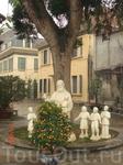 Католическая церьковь построенная в Ханое в 1932г. французами. Внутринний дворик очень уютный, стоят скамеечки , можно присесть отдохнуть
