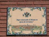 Табличка гласит, что здесь начиналась Alcana' (зона торговцев) во времена Сервантеса.