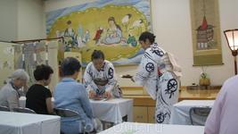 Милые японские дамы разносят зеленый чай