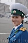 Северокорейская гаишница. Почему-то здесь регулировать движение поручено женщинам.