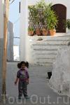 В самый разгар дня местные жители заняты своими делами и на улицах редко встречается народ, ну если не считать туристов. Вот эта малышка встретилась нам ...