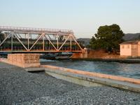 Железнодорожный мост в десятке метров от впадения Кудепсты в море