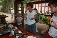 дегустация пончиков, которые тут же готовятся, а к ним подаются 5 сортов джема, м-м-м-м, вкуснотень!!!