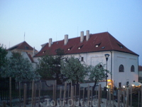 Рядом с монастырем. Отсюда открывается потрясающий вид на Прагу, особенно часа в 4 дня солнечным днем - крыши и купола горят огнем - Злата Прага!