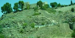 Укрепленные замки в Испании долго строились в стиле мудехар. Образец такого сооружения в Толедо — замок Сан Сервандо, воздвигнутый завоевателем Толедо ...