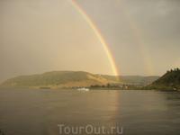 После дождя. Пока бегали за фотоаппаратом осталось только две радуги, а было пять.