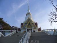 Красивый храм на горе обезьян