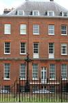 Скромный дом премьер - министра Британии на Даунинг - стрит.
