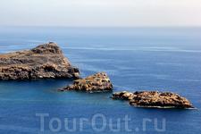 Одним из самых известных пейзажей острова является пейзаж с тремя островками в бухте города Линдос.