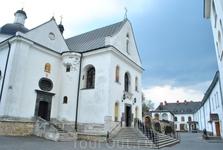 Церковь Святого Онуфрия. особое внимание внутри представляет резной иконостас с росписями 1908 года.