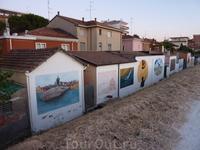 Вот такие нескучные домики, вернее их тыл, в Римини вдоль канала в районе San Giulliano Mare.
