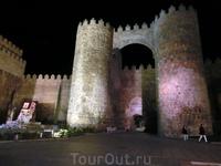 А вот и ворота Алькасара (Puerta del Alcázar). Слева от ворот белоснежная статуя Святой Терезы.