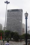 Сан-Паулу. Здание Сан-Виту. 26-ти этажный жилой дом с крохотными комнатками . Бразильцы именуют его вертикальной фавеллой