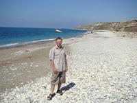 Справа от камня Афродиты, пляж в сторону Пафоса.