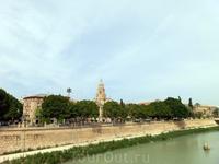 С другой стороны моста открывается вид на исторический центр города и его главную достопримечательность - Кафедральный собор. А чудо, которое плавает посреди ...