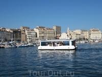 Такой вот смешной речной трамвайчик курсирует по гавани Марселя.
