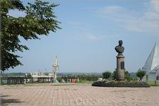памятник уроженцу Городца - дважды Герою Советского Союза Ворожейкину