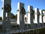 Мемориал, посвященный Второй Мировой Войне. Построен в 2004-м году. Каждому штату США посвящена отдельная колонна, на которой висит лавровый венок.