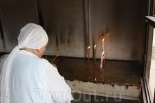 Место для свечей - за пределами храма