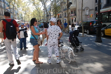 """Попутно можно фотографировать людей — гостей Барселоны и просто горожан. Они здесь всегда улыбаются и, кажется, далеки от понятия """"кризис"""""""
