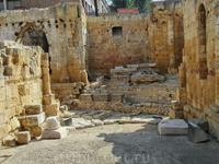 И остатки вестготтской базилики, которая была выстроена из обломков Амфитеатра.