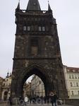 Староместская мостовая башня. На мосту у башни справа видно попрошайку