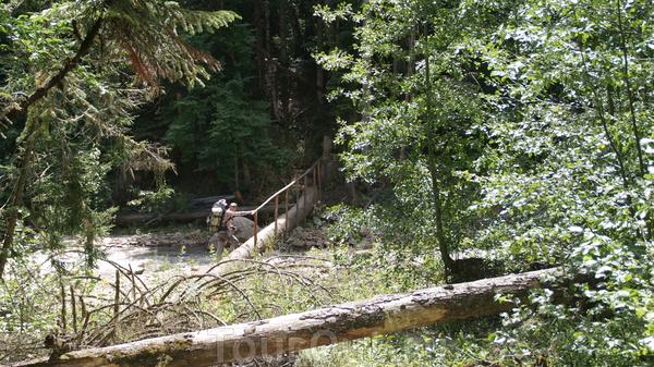 Начало тропы на Имеретинские озера через мостик через реку Закан. Дальнейшее путешествие будет проходит по долине реки Имеретинка