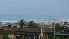 Вид из окна отеля на побережье, недалеко от La Spezia