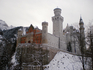 Замок Нойшванштайн (нем. Schloß Neuschwanstein, буквально «Новый лебединый камень») расположен в Германии, близ городка Фуссен (нем. Füssen). Он был построен ...