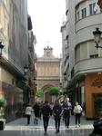 В просвете улицы видна еще одна дверь - La Puerta de las Cadenas (Дверь Цепей) - шедевр испанского барокко-платереско. Она закрывает вход в трансепт с ...