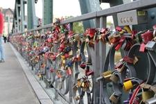 На одном из мостов через Майн красовались многочисленные замочки самого разного дизайна с именами влюбленных.