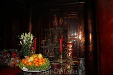 Статуя императора в храме.