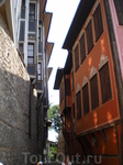 Улочка на границе старого города у крепостной стены.