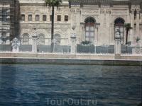 Дворец Долмабахче, вид с Босфора - дворец турецких султанов, расположенный на европейской стороне Босфора в Стамбуле. Дворец был музеем до сентября 2007 ...