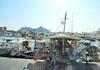 В порту стоит множество яхт, лодок и кораблей. Некоторые из них переделаны в такие красивые сувенирные лавки